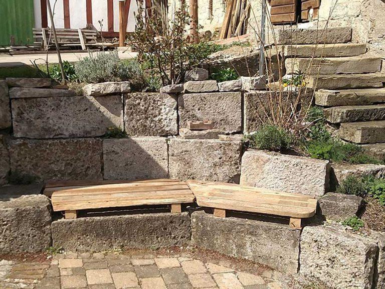 Eine Sitzecke aus Holz auf Natursteinen